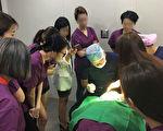 韩国非法微整形速成班上,韩国医生在做真人双眼皮施术操作演示。(知情人提供)