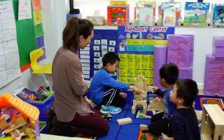 小朋友在学前班里,可以问问题、探索、学习社交能力,对孩子们的成长相当重要。 (安心/大纪元)
