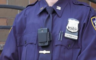 第34分局警員是第一批佩戴攝像頭執勤的警察。 (莊翊晨/大紀元)