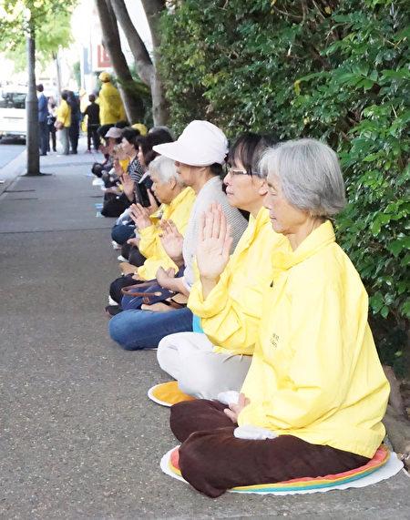 悉尼法輪功學員在中國駐悉尼領事館前請願,呼籲釋放三月份在陝西省被綁架的六十多名法輪功學員。(燕楠/大紀元)