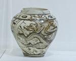 元朝时期中国制造的磁州窑云龙纹瓶。(杨阳/大纪元)