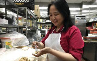 百餃園的餃子都是純手工製作,圖為游Helen在包餃子。 (林丹/大紀元)