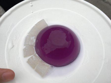 今年的水滴蛋糕變成了晶瑩剔透的紫色,口味也變成了紫薯風味。
