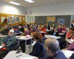 数十名华裔老人昨日参加州参议员史葛静的社区大会,在分组讨论时积极建言。 (蔡溶/大纪元)