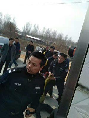 黑龙江特警殴打村民。(知情人提供)