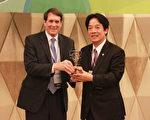 """台南市24日获颁""""2017第三届APEC能源智慧社区最佳案 例评选竞赛""""低碳示范城镇金质奖,图为台南市长赖清 德(右)亲自出席领奖。 (驻新加坡台北代表处提供/中央社)"""