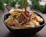 陕西风味小吃:凉皮。(Steetsweet / CC / Wikipedia)