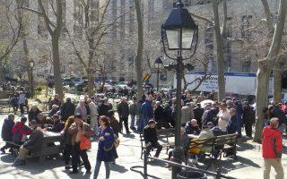 不少老人喜歡在哥倫布公園打牌,如果涉及下注抽傭,就從游戲娛樂變成非法賭博,錢財得失之外,往往影響鄰里和睦、社會治安。 (蔡溶/大紀元)