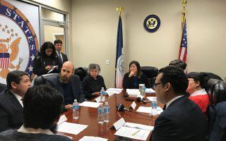 孟昭文召開圓桌會議,召集多個社會服務機構代表討論聯邦預算對民生經費削減的影響。 (林丹/大紀元)