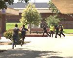 艾尔蒙地市警察局一百多位警员,在多个校园内完成了两年一次的校园枪击演习。图为演习当中故意制造的混乱场面。(李子文/大纪元)