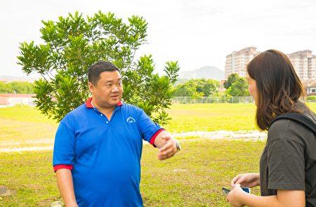 家教協會主席李國魂先生(左)向本報記者表示,希望更多善心人士都能出一分力,讓學校良性發展。 (Steven/大紀元)