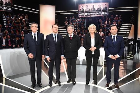 幾位主要候選人(從左至右依次為菲永、馬克龍、梅郎雄、勒龐和阿蒙)受法國電視一臺的邀請,於3月20日進行了選前辯論。(ELIOT BLONDET/AFP/Getty Images)