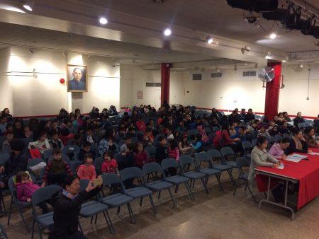 数十名小朋友在老师和家长面前接受测试,展现中文学习成果。