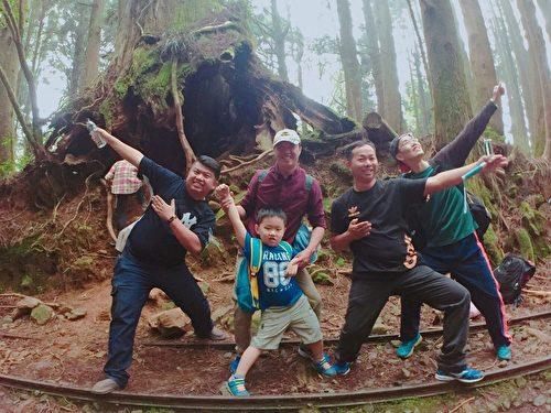 喜爱爬山涉水的山友郭世雄(前右1),带着30余人的亲子团,开心倘佯于山林古道之中,欢乐与喜悦,在他们开怀的欢笑声中渲染。(曾玉/大纪元)