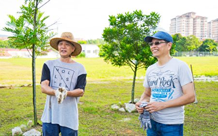 Victor Cheah(右)表示这次的捐赠与种树活动,不但能回馈社会,也能很好的提倡环保。王赠铭先生(左)表示,大家义务帮忙,为的是出自于对华文小学的一种情怀。 (Steven/大纪元)