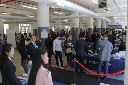 不分族裔約有近千名求職者前來參加人才招聘會。