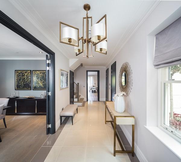 内部由伦敦著名室内设计师Laura Hammett设计,特点是注重细节,风格现代。客厅、餐厅宽敞,提供高档生活。