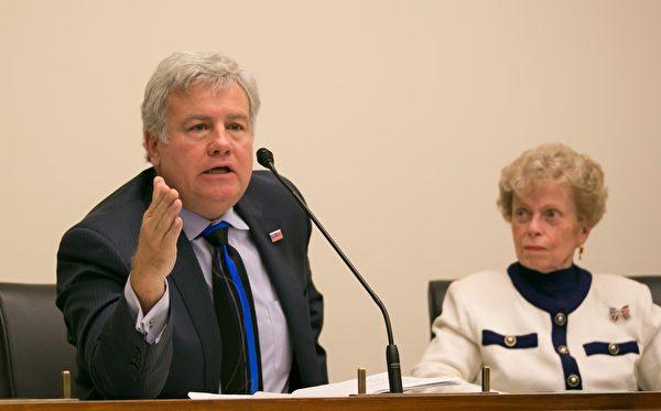 曾經參選國會議員的共和黨人大衛·華萊士(Dave Wallace,左)表示,參與實施迫害的罪魁禍首必須被繩之以法。(李莎/大紀元)
