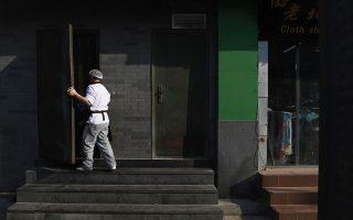 在紐約,一大部分華人是做體力勞動的工作,因為太辛苦,身體的損傷很大。 (Greg Baker/AFP/Getty Images)