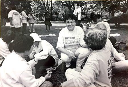 2000年,王大姐(图正中)在墨尔本公园与其他学员交流。(王友凤女士提供)