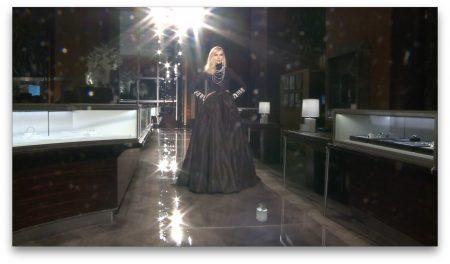 黑色晚礼服。