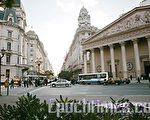 从4 月13日到23日,美国神韵巡回艺术团在阿根廷首都布宜诺斯艾利斯 Opera剧院进行了10场盛大演出。观众们口耳相传,最后五场演出接连爆满。图为布宜诺斯艾利斯的中心街景。(伊罗逊/大纪元)