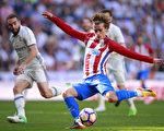馬德里德比戰比賽結束前,法國球星列里茲曼為馬競打進扳平比分進球瞬間。 (Gonzalo Arroyo Moreno/Getty Images)