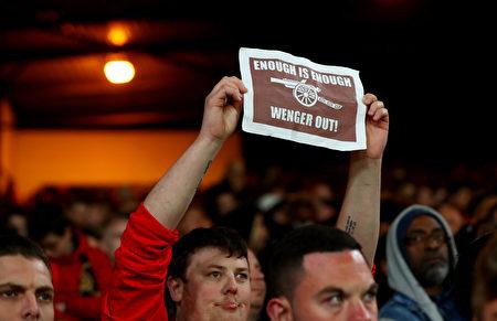 """阿森纳本轮0:3不敌水晶宫,进入前四大可能性大降,""""温格走人""""的标语在球场随处可见。 (Clive Rose/Getty Images)"""