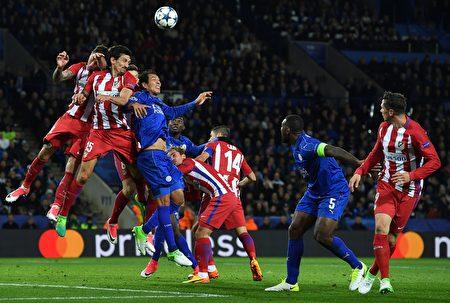 马竞在客场1:1战平莱斯特城,以总比分2比1晋级欧冠四强。图为比赛中双方球员争球瞬间。 (BEN STANSALL/AFP/Getty Images)