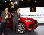 紐約國際車展,捷豹Jaguar F-Pace搬走2017世界年度汽車大獎。(戴兵/大紀元)