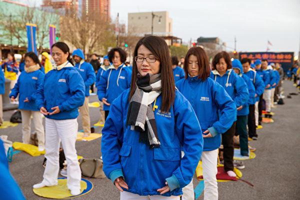 美國大紐約地區部分近千名法輪功學員,來到紐約中領館前進行燭光守夜,紀念和平大上訪十八週年。(戴兵/大紀元)