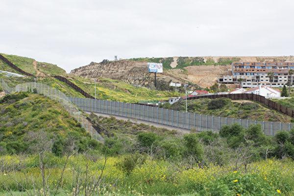 图:位于圣地亚哥和蒂华纳之间的美墨边境墙在San Ysidro地区的一部分。墙的右上方是墨西哥,左下是圣地亚哥边境公园。(杨婕/大纪元)