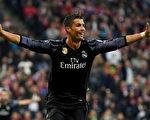 在比分落后情况下,葡萄牙球星C罗挺身而出梅开二度,助皇马2:1逆转拜仁。 (Matthias Hangst/Bongarts/Getty Images)