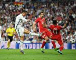 C羅上演「帽子戲法」,助皇馬4:2擊敗拜仁。圖為C羅(左)打進第二粒進球瞬間。 (Matthias Hangst/Bongarts/Getty Images)