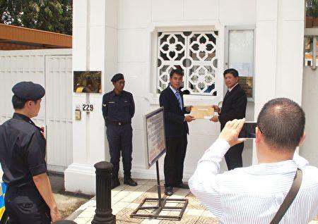 法轮功学员代表向中领馆递交抗议信,抗议中共对法轮功十八年来的残酷迫害。(杨晓慧/大纪元)