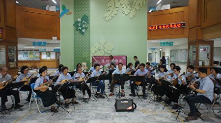 成功大學大藝術中心曼陀林樂團4月19日至朴子醫院大廳表演的鏡頭。(朴子醫院提供)