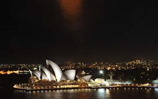 近日,數輛機動車駛入悉尼歌劇院附近步行道,在遊客中穿梭的現象引起人們的擔憂。悉尼商會呼籲歌劇院加強保安措施。(簡沐/大紀元)