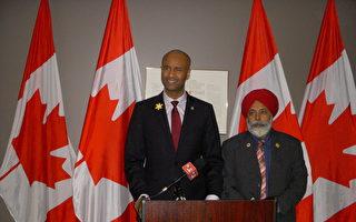 加拿大移民部長艾哈迈德·胡赛因(左)訪問卡爾加里。(王惟真/大紀元)