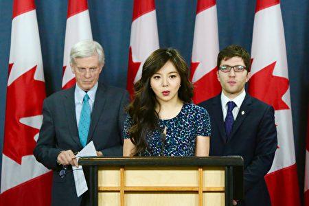 4月4日上午,加拿大国会议员Garnet Genius(后排,右)在渥太华召开新闻发布会宣布在国会重新提出C-561法案 (Bill C-561),打击强制摘取人体器官行为。前加拿大世界小姐林椰凡和前亚太司司长大卫·乔高出席了发布会。(任侨生/大纪元)