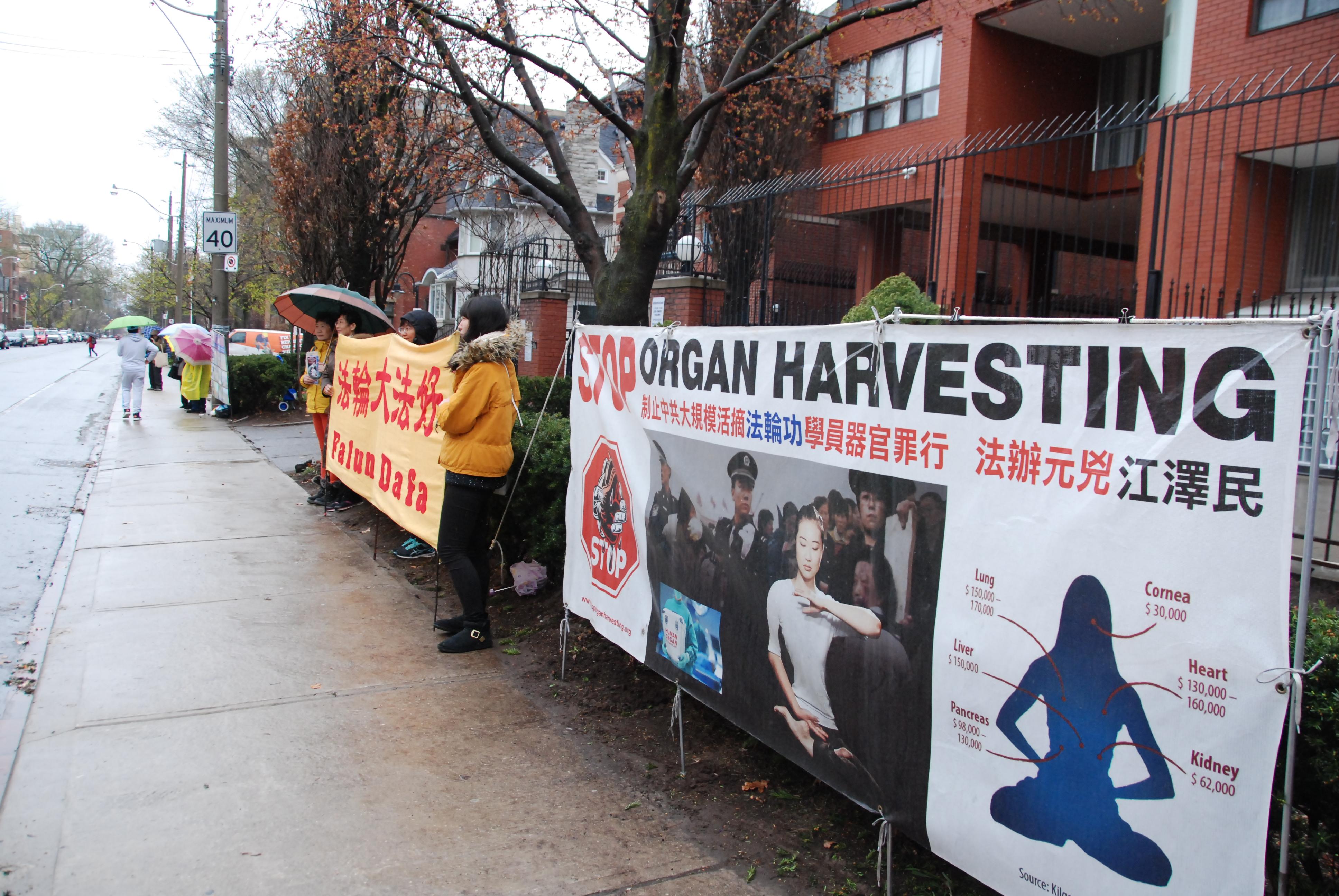 4月25日上午,多倫多法輪功學員在中領館前集會,紀念4.25和平上訪18週年,呼籲中共停止迫害法輪功。(伊鈴/大紀元)