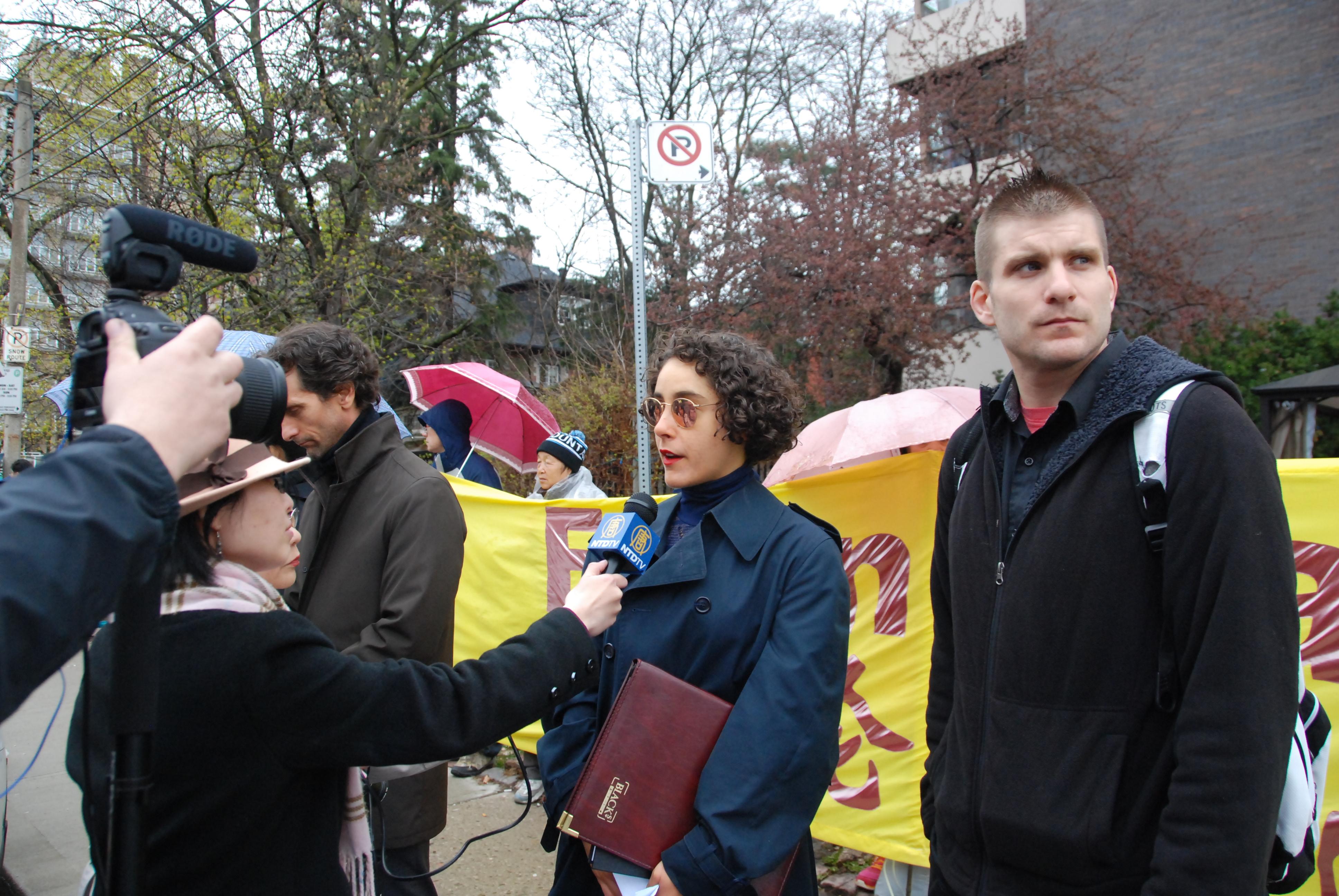 意大利的留學生Lavra Lombariso(中) 和她的同學(右)了解真相並接受採訪。(伊鈴/大紀元)