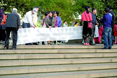 4月7日下午,警方(右一)对神韵演出的捣乱、骚扰者进行干涉。(读者提供)