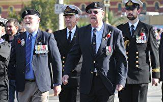 每年4月25日,墨爾本人都會到戰爭紀念館向犧牲的澳洲戰士表達敬意。(胡宥華/大紀元)