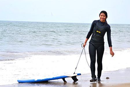 在加州长大的萧靖彤也喜欢冲浪。(萧靖彤提供)