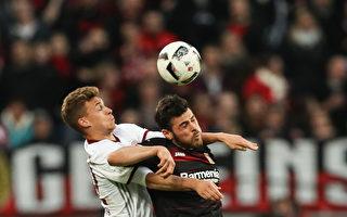 拜仁本輪在客場0:0悶平勒沃庫森。圖為雙方球員爭頂瞬間。(PATRIK STOLLARZ/AFP/Getty Images)