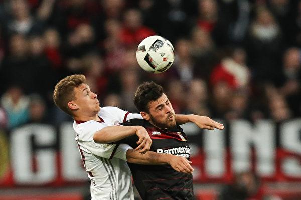 拜仁本轮在客场0:0闷平勒沃库森。图为双方球员争顶瞬间。(PATRIK STOLLARZ/AFP/Getty Images)