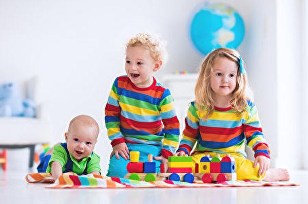 分享是大多数蹒跚学步期儿童很难懂得的概念。家长需要因地制宜地教孩子学会分享。(Fotolia)