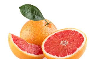在服用某些藥物時,不應同時吃葡萄柚,以免降低藥效。(Fotolia)