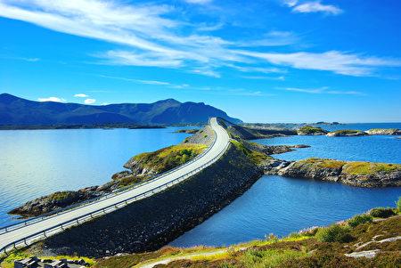 许多高速路经过地区人烟稀少,视野开阔,风景迷人,随便找个地方停车,就能欣赏到绝美风光。(Fotolia)