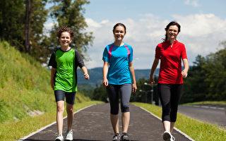 美国一项研究显示,走路时脚踩地面所受冲击,可会将压力波透过血管传送到大脑,进而增加脑部的血液流入量,让人感觉良好。(Fotolia)